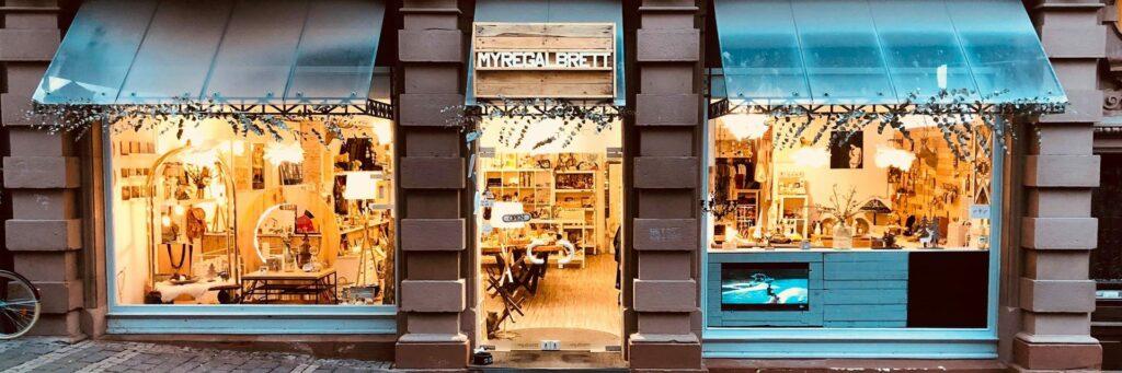 """Blick auf den Laden von """"Myregalbrett"""" in Marburg, wo ein Teil unserer Produkte gekauft werden kann."""