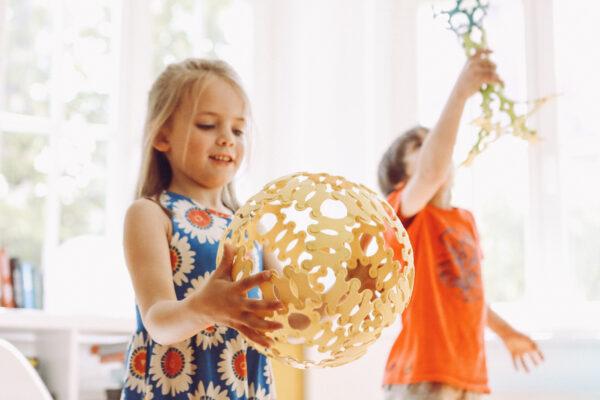 Mit diesem Spielzeug kann man auch draußen spielen – also warum nicht ein großer Binabo-Fußball?