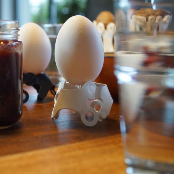 Für das Frühstück kurz einen Eierbecher basteln, danach können sich die Chips in ein anderes nützliches verändern.