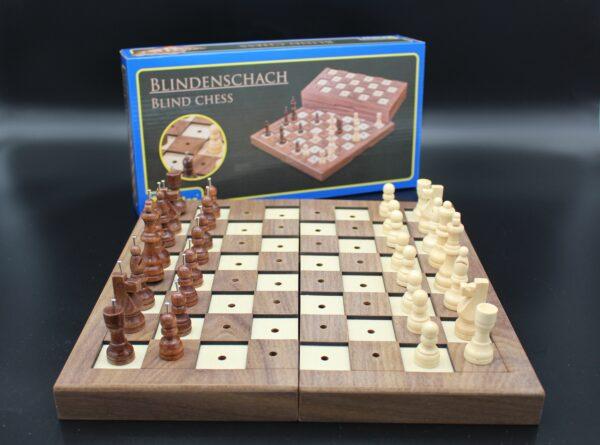 Wir freuen uns, ein Schachspiel für sehbeeinträchtigte Menschen anbieten zu können. Natürlich auch für sehende Spielende.