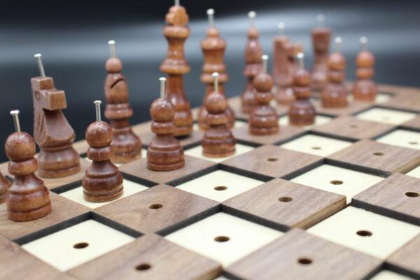 Warum das Spiel Blindenschach genannt wurde, wissen wir nicht – was wir wissen: es erfreuen sich auch Sehende daran.