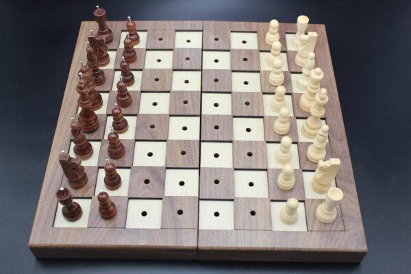 Die dunklen Spielfiguren verfügen über einen Metallstift auf dem Kopf, um sie von den hellen Figuren unterscheiden zu können.