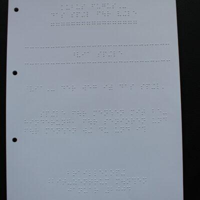 Das Bild zeigt die gesamte erste Seite der Spielanleitung für das Spiel Kubus Fugus in Braille-Schrift
