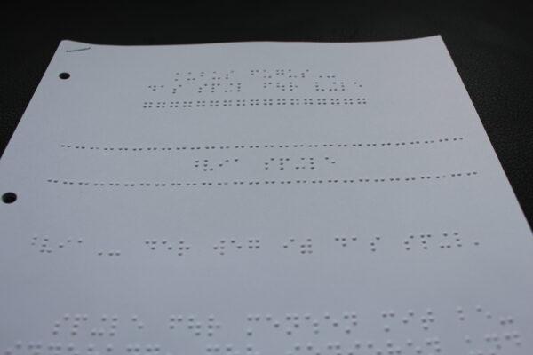 Detailansicht Brailleschrift für das Kubus Fugus – gedruckt in Leipzig.