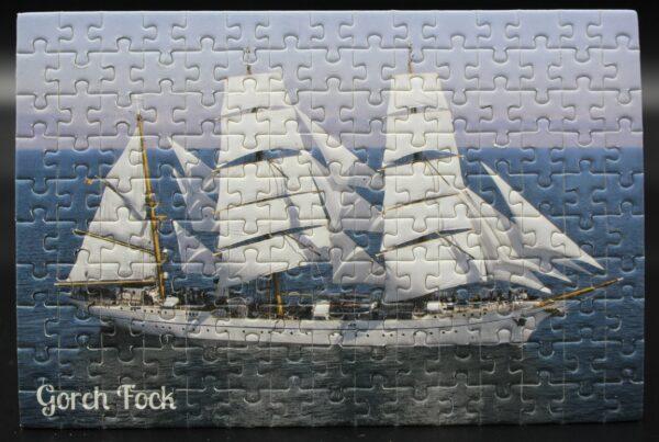 Dieses Londji-Puzzle zeigt die Gorch Fock unter Segeln – es wird für Spiel ein Spiel produziert und nur bei uns erhältlich.