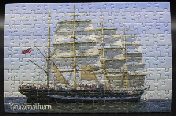 Dieses Londji-Puzzle zeigt die Kruzensthern unter Segeln–es wird für Spiel ein Spiel produziert und nur bei uns erhältlich.