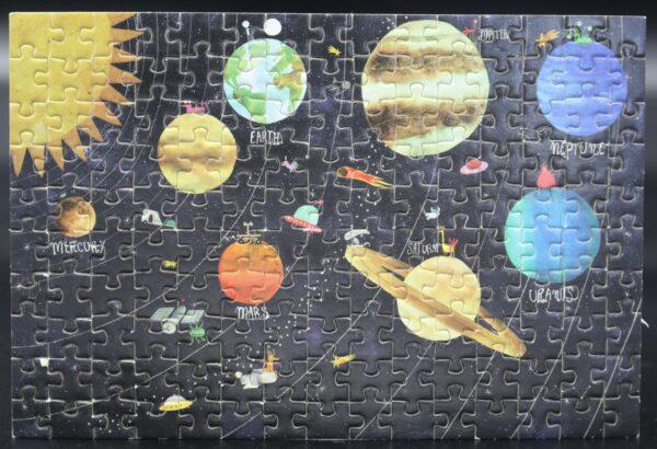 Dieses Londji-Puzzle zeigt das Discovery-Motiv The Planets – Ein Blick ins Universum in 150 Teilen.