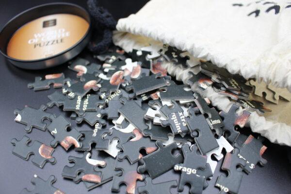 Sehr wertig Puzzleteile aus dicker Pappe – verpackt in einem Stoffbeutel.