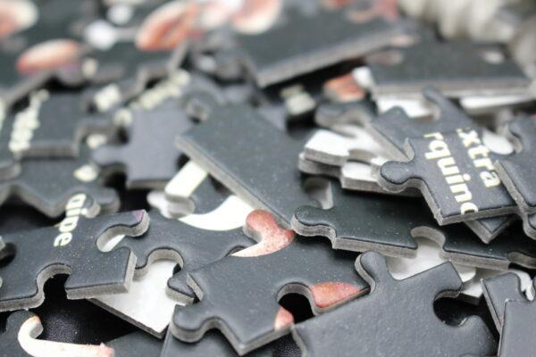 500-mal schwarze Teile mit Ausschnitten von Kaffeebohnen und Kaffeenamen – da bekommt man Lust auf Puzzles