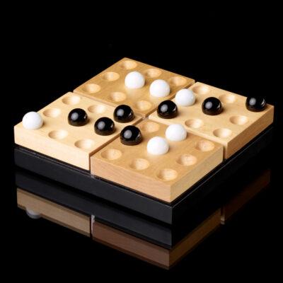 Ein Blick auf das Pentago in der edel aussehenden Holzversion in einer Spielsituation mit einer Gewinner-Fünfer-Reihe.