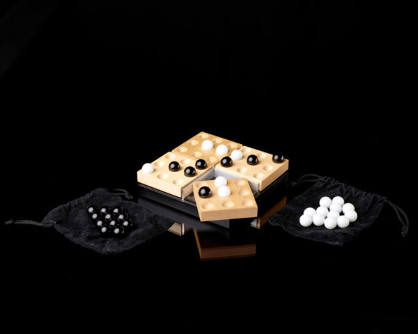 Ein Holzspiel mit vier drehbaren Holzfeldern. Insgesamt gibt es 36 Spielfeder und gespielt wird mit Glaskugeln.