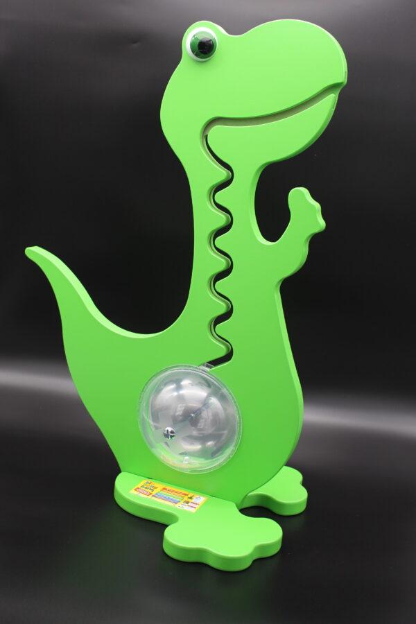 Ein grüner Dino, bei dem das Geld in Form einer Kugelbahn vom Maul in den Magen hin und her läuft.