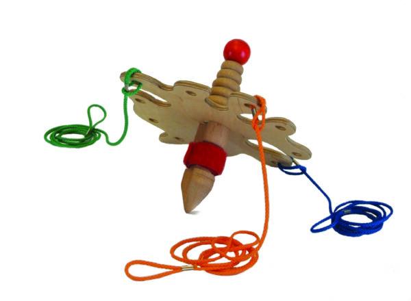 Alle Spieler erhalten Strippen, mit denen man den Strippenzieher zum Schweben bringt und gemeinsam Bilder entstehen lässt.