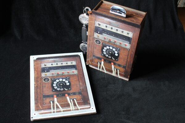 Geliefert wird dieser Telefonkasten in mehreren Platten mit einer Aufbauanleitung – so hat man auch etwas zum Spielen.