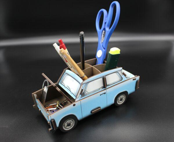 Eine Besonderheit: neben Stiften kann man auch die Motorhaube öffnen und Büroklammern oder Vergleichbares verstauen.