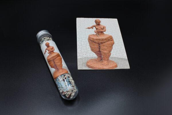 Es handelt sich um ein Bild, welches von einer Skulptur des mexikanischen Künstlers Víctor Hugo Yáñez Piña. Diese Skulptur ist außergewöhnlich und zeigt auf, dass man an sich selbst arbeiten muss